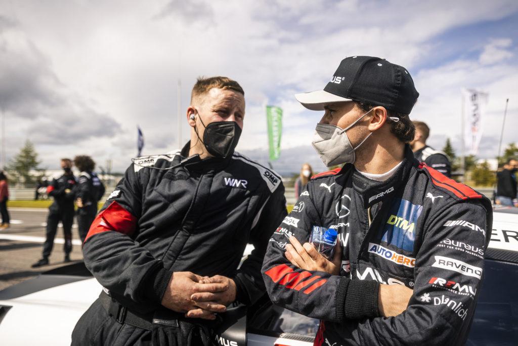 Lucas Auer und Mechaniker im Gespräch am Mercedes AMG GT3 in der Startaufstellung